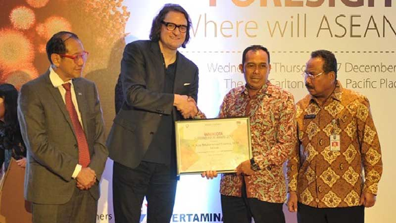 Wakil Wali Kota Cimahi Ngatiyana menerima penghargaan sebagai Wali Kota Entrepreneur Award 2017 Kellogg Inovation Network (KIN) ASEAN yang diserahkan Executive Director of KIN Robert C. Wolcott